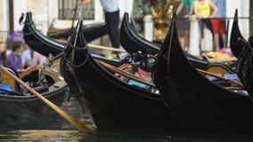 Parkować gondole kiwa na wodzie, taxi dla turystów w Wenecja, prywatny biznes zbiory wideo