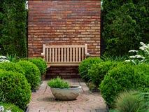 Parkowa ławka, ogrodowa dekoracja, czerep ogród fotografia stock