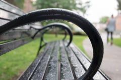 Parkowa ławka Po deszczu zdjęcie royalty free