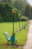 Parkowa ławka w rzędzie, selekcyjna ostrość dalej najpierw Obraz Stock