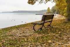 Parkowa ławka na jeziornym Chiemsee, Niemcy Obrazy Royalty Free