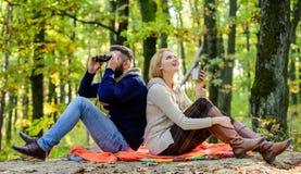Parkowa data Relaksować w parku wpólnie Szczęśliwa kochająca para relaksuje w parku wpólnie Para w miłość turystów relaksować fotografia stock