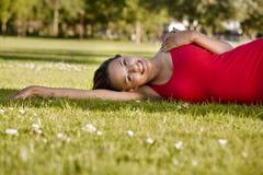 parkowa odpoczynkowa kobieta Zdjęcia Royalty Free