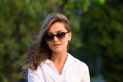 parkowa odpoczynkowa kobieta dziewczyna w okularach przeciwsłonecznych, plenerowy lato portret Fotografia Stock