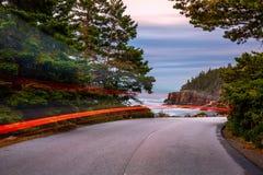 Parkowa pętli droga przy półmrokiem, w Maine zdjęcie stock