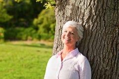 parkowa starsza kobieta Zdjęcie Royalty Free