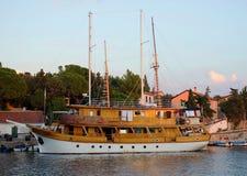 Parkować statek w schronieniu Obraz Royalty Free