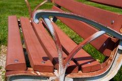 Parkowej ławki zakończenie up od Bocznego Ośniedziałego ręka odpoczynku Obraz Stock