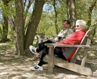 parkowi relaksujący seniory Obraz Royalty Free