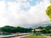 Parkowy Milocer, willa, plażowa królowa Blisko wyspy Sveti Stefan w Montenegro zdjęcie royalty free