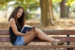 parkowy piękna czytanie Zdjęcia Stock