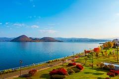 Parkowy pobliski Jeziorny Toya w Toyako miasteczku, hokkaido, Japonia zdjęcie stock