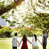 Parkowy przyjaciół nastolatków Wpólnie jedności potomstw pojęcie Fotografia Royalty Free