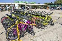 Parkowy Rowerowy do wynajęcia system przed willi Lobos Jawnym parkiem obrazy stock