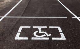 Parkplätze mit behinderten Zeichen und Markierungsli Lizenzfreies Stockbild