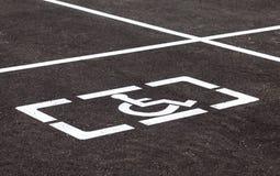 Parkplätze mit behinderten Zeichen und Markierungsli Stockbild