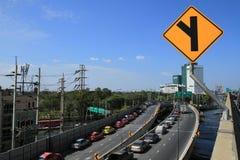 Parkplatz in der Reihe auf einer zu überschwemmen zu vermeiden Brücke lizenzfreies stockfoto