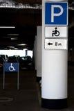 Parkplatz für Behinderter - Zeiger Stockfotos