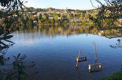 Parkplatz für Boote auf dem See lizenzfreie stockfotos