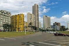 Parkplatz gegen goldene Meilen-Stadt-Skyline in Durban Lizenzfreie Stockbilder