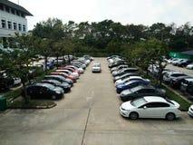 Parkplatz im Freien mit Bäumen Stockfotos