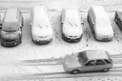 Parkplatz im Schnee Stockfotos