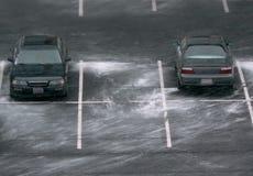 Parkplatz mit Antrieben des Schnees Stockbild