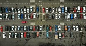 Parkplatz mit Autos aerial lizenzfreies stockfoto
