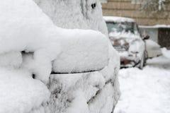 Parkplatz mit den Autos bedeckt im frischen Schnee Lizenzfreie Stockfotos