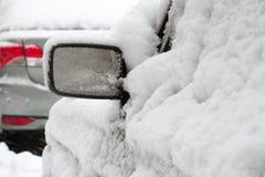 Parkplatz mit den Autos bedeckt im frischen Schnee Lizenzfreies Stockbild