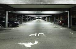 Parkplatz nachts lizenzfreie stockfotografie