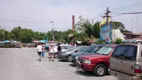 Parkplatz in sich hin- und herbewegendem Markt, Thailand stock video