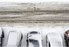 Parkplatz umfaßt mit Schnee Stockfotos