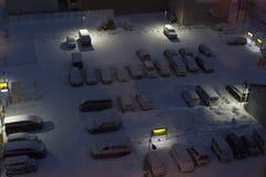 Parkplatz umfasst mit Schnee nachts Lizenzfreies Stockbild