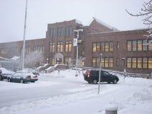 Parkplatz und Admin-Gebäude im starken Schneefälle stürmen Lizenzfreie Stockbilder