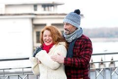 Parkramar på gatan krama mankvinnan Stads- pardatum Den lyckliga mannen kramar kvinnan Le kvinnan med mannen på gatan arkivfoto