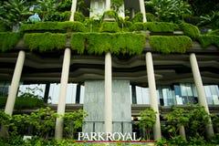 Parkroyal op Pickering is een luxehotel met zijn opgeheven terrasvormige tuinen stock afbeeldingen