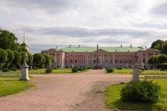 Parks von Moskau Edler Zustand Kuskovo Eine Ansicht des Gartens mit Skulpturen und einem Palast lizenzfreie stockfotografie