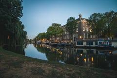 Parkside运河在阿姆斯特丹,日落的荷兰 图库摄影