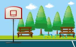 Parkszene mit Basketballplatz Lizenzfreies Stockbild