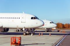 Parkte Seitenprofil zwei Flugzeuge mit Fenstern des Breitkörperflugzeuges Lizenzfreies Stockbild