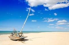 Parkująca jangada łódź nad raj plażą Obrazy Royalty Free