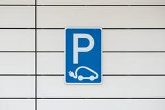 Parkujący Ładuje Elektrycznego pojazd - krajobraz obrazy stock