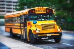 Parkujący amerykański schoolbus obraz royalty free