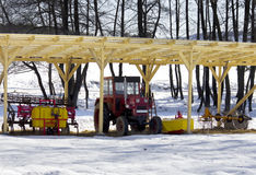 parkujący czerwieni dachu ciągnik pod drewnianym zdjęcie royalty free