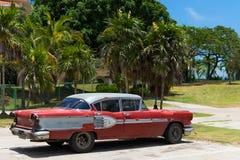Parkujący czerwony rocznika samochód w Hawańskim Kuba blisko plaży Obrazy Stock