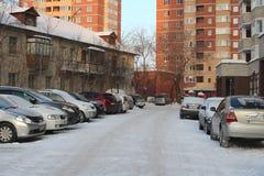 Parkujący samochody blisko historycznych wieżowów w Novosibirsk narymskaya ulicie w zima braku miejsca do parkowania fotografia stock