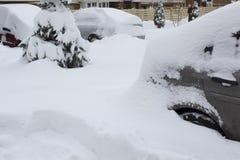 Parkujący samochody pod śnieżną pokrywą Zima parking tło obraz royalty free