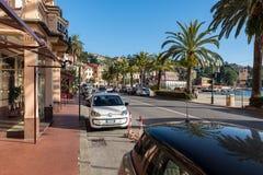 Parkujący samochody wzdłuż ulicy blisko linii brzegowej morze śródziemnomorskie Obrazy Royalty Free