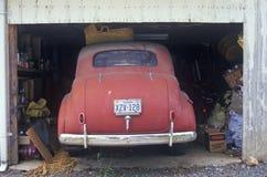 Parkujący w garażu rocznika samochód Zdjęcia Royalty Free